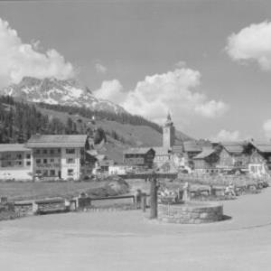 Lech am Arlberg 1447 m mit Karhorn 2416 m von Risch-Lau